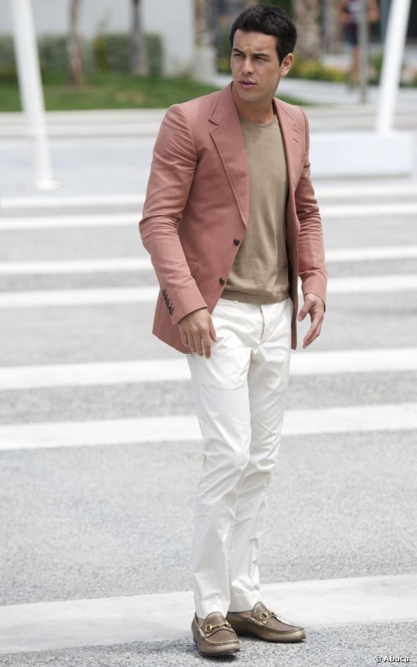 mario-casas-elegante-looks-2015-blazer-salmon-pantalon-blanco