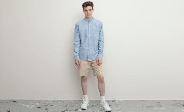 catalogo-pull-and-bear-2015-tendencias-moda-hombre-primavera-verano-camisa-celeste-bermudas