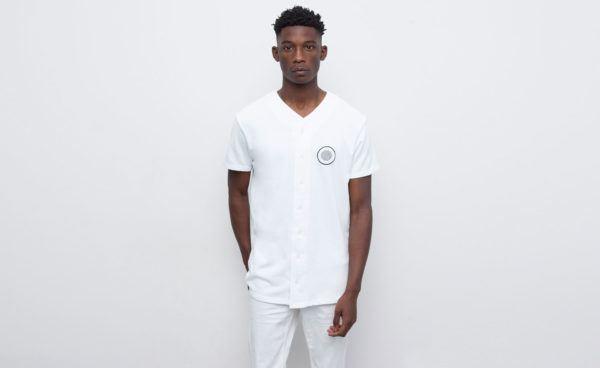 catalogo-pull-and-bear-2015-tendencias-moda-hombre-primavera-verano-camiseta-beisbol-blanca
