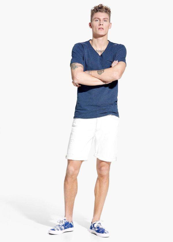 como-combinar-los-colores-de-la-ropa-bermuda-blanca-camiseta-azul-con-rayas-de-mango
