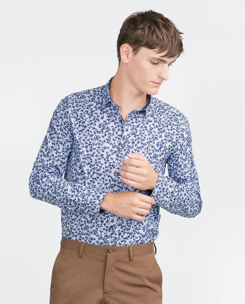 Combinar color azul camisa azul estampada pantalon marron for Combinar marron