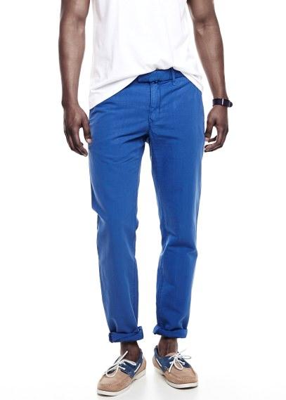 combinar-color-azul-pantalon-azul-electrico-camiseta-blanca