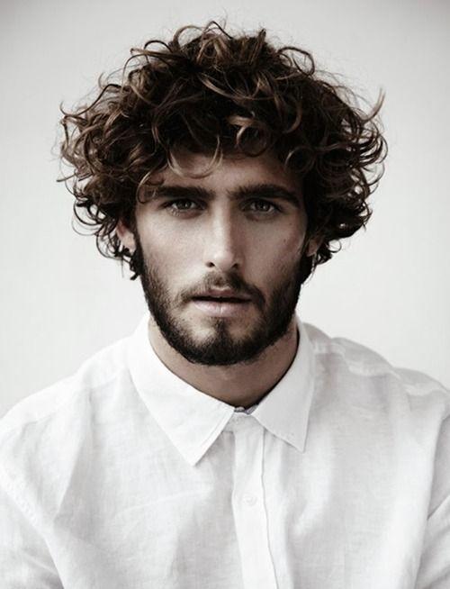 cortes-de-pelo-y-peinados-para-hombres-con-cabello-ondulado-o-rizado-otono-invierno-2015-2016-cabello-un-poco-largo-rizo-natural