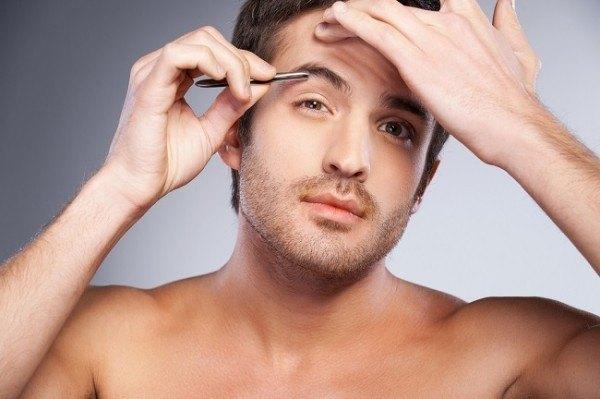 Cómo depilar las cejas de hombre