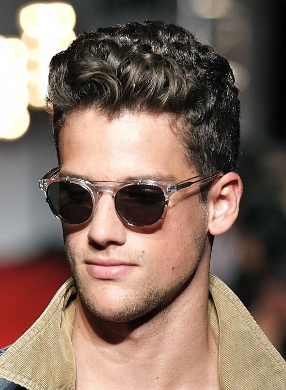 los-mejores-cortes-de-pelo-y-peinados-para-hombre-tendencia-cabello-corto-cabello-rizado-efecto-mojado