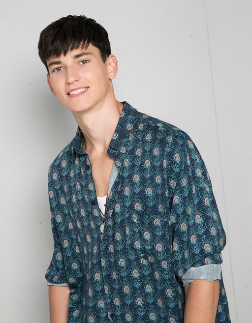 moda-camisas-hombre-otono-invierno-tendencias-estampado-pavo-real-bershka
