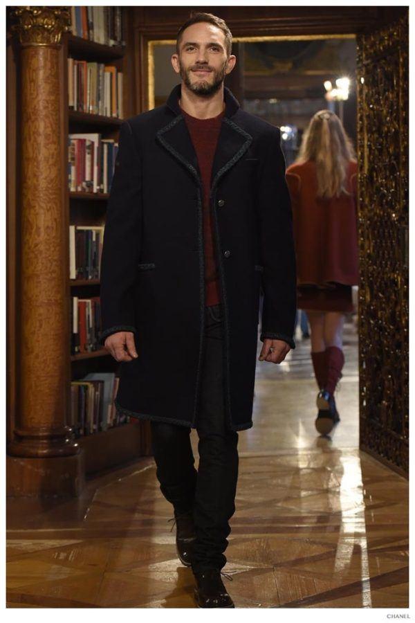 catalogo-chanel-hombre-otono-invierno-2015-2016-abrigo-largo-negro