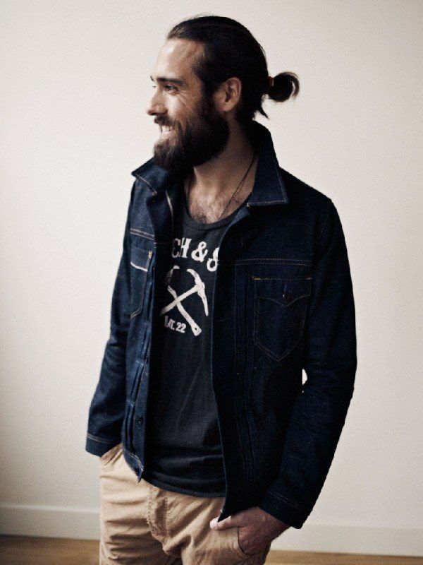 los-mejores-cortes-de-cabello-hipster-hombre-pelo-largo-recogido-con-coleta