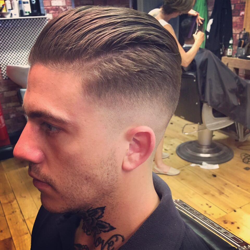 Cortes de pelo hombres los tupes estan de moda 2016 ideas for Peinado hacia atras hombre