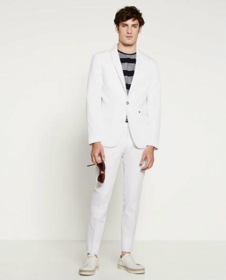 El traje blanco jamás tiene que ser combinado con camisas de colores y diseños intensos. Si deseas utilizar un traje blanco, te recomiendo que lo combines con colores pasteles, blanco a rayas o blanco puro. En conclusión, opta por una camisa muy sencilla: .
