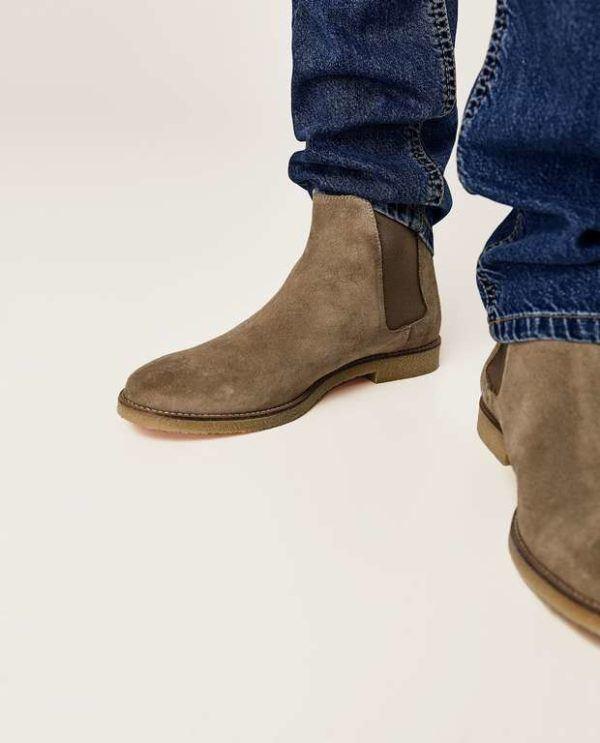 """5fe703a59828a Los botines del """"desert"""" es otro de los botines esenciales en la temporada  de Invierno 2019. Se llevan en piel o en ante y en colores como este modelo  azul ..."""