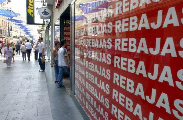 MD22 Madrid, 21.06.04.- Una tienda de la calle Preciados de Madrid anuncia en su escaparate el período de rebajas de verano, que ha empezado hoy en los pequeños comercios de textil y complementos y finalizará el 21 de septiembre, campaña con la que los empresarios tratan de compensar la