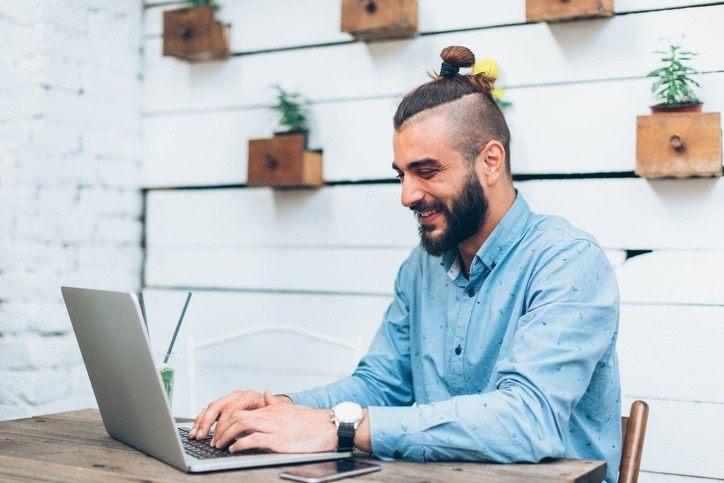 Estilo hipster hombre pelo largo recogido for Estilo hipster hombre