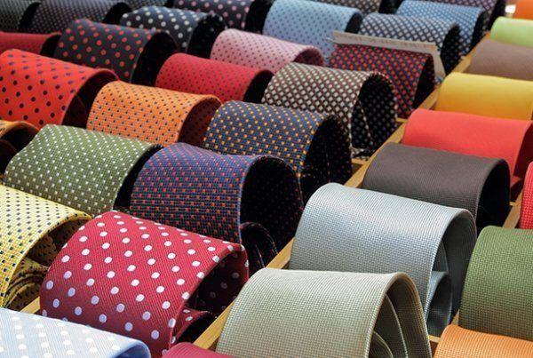 Como combinar corbatas textura