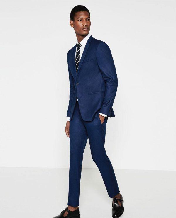 La colección de trajes de Zara para esta temporada nos ofrece trajes en todos los tonos de azul. Adoptan un estilo retro, con cortes slim y solapas estrechas que nos llevan al .