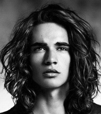 los looks de inspiracin hippy donde los rizos o tirabuzones debern estar bien hidratados y un corte de pelo recto por encima de los