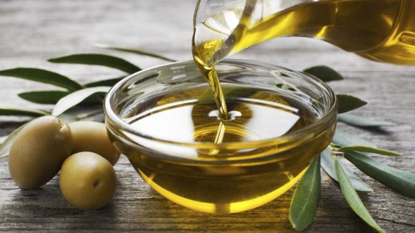 "how-to-grow-the-beard-natural-treatments-olive-oil ""width ="" 600 ""height ="" 338 ""/> Olive oil is a natural moisturizer of the most powerful. Undoubtedly, facial hair, if you want to be careful, you have to have it hydrated and if you maintain optimal hydration, the health of your hair will be much bigger and its growth will be promoted. Therefore, it is necessary that once a week, you give him a good massage based on olive oil, allowing him to penetrate the components in the pores, to moisturize and maintain the hydrated beard, which will encourage him to grow.</p> <h3> <span id="