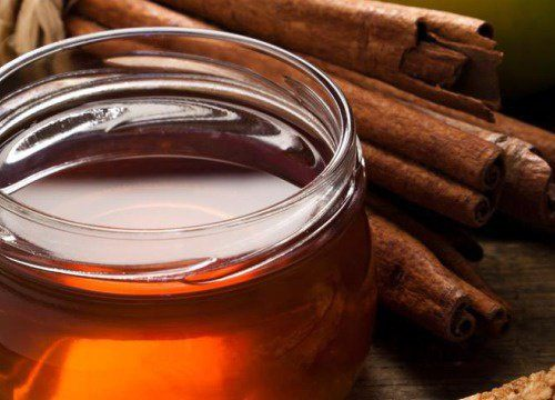 "how-to-grow-the-beard-natural-treatments-cinnamon-honey-lemon ""width ="" 600 ""height ="" 432 ""/> Mix the juice of a lemon, with a spoonful of cinnamon and two tablespoon of honey. Mix all the ingredients and apply it with your fingers very carefully. Help yourself with a comb to get it everywhere. Then, remove the excess mixture and let it dry for 45 minutes. Remove the mixture and wash it normally. It will be very soft.</p> <p>Try not to expose yourself to the sun, because the lemon causes the color to oxidize and if you have dark hair, it will make it reddish or blond.</p> <h3> <span id="