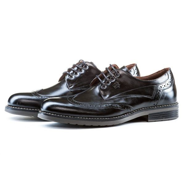 """tendencies-zapato-comodo-hombre-blucher-picados """"width ="""" 600 """"height ="""" 600 """"/> Surely many of you know the shoes but you did not know what this man had, well, his definition tells us that this is a <strong> wide, open shoe with laces </strong>. Although it was originally designed for men, over time we have seen how fashion remains for them but they have also begun to wear them on their feet.</p> <p><img class="""