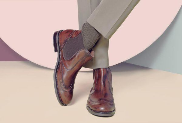 """tendencies-shoe-comfortable-man-skinny """"width ="""" 600 """"height ="""" 407 """"/> <strong> Booties are a classic </strong> this season and one of the most versatile, comfortable and attractive options we can find in the world of footwear.</p> <p>Men's boots are easily combined with suits, as you can see above, but also with urban and casual looks, so we can say that it is a type of <strong> very versatile shoe </strong>. You can wear them with jeans as with trousers.</p> <p><img class="""