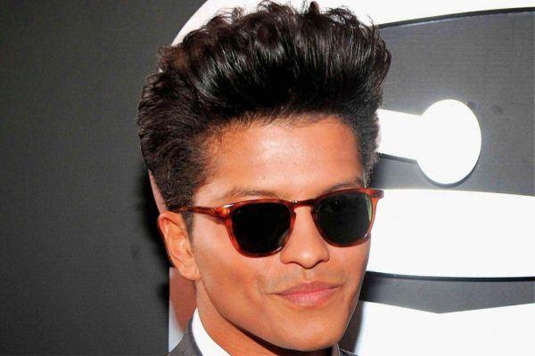 se trata de una versin del peinado de los ugreasersu de los aos muy aficionados a terminar sus estilos con aceites y gomina
