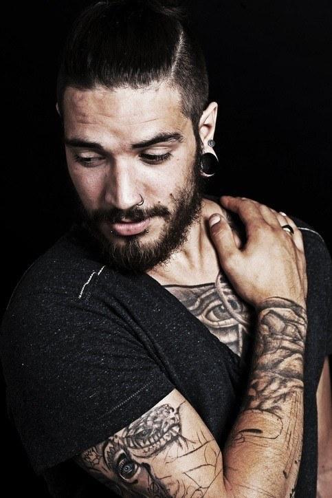 Estilo hipster hombre tatuajes maories