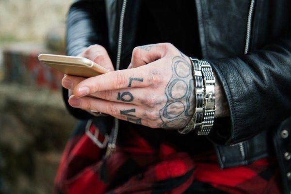 Consejos para cuidar los tatuajes en la mano para hombres evitar banos calientes