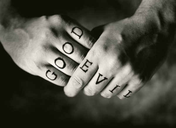 Tatuajes en la mano para hombres en los dedos formando una palabra