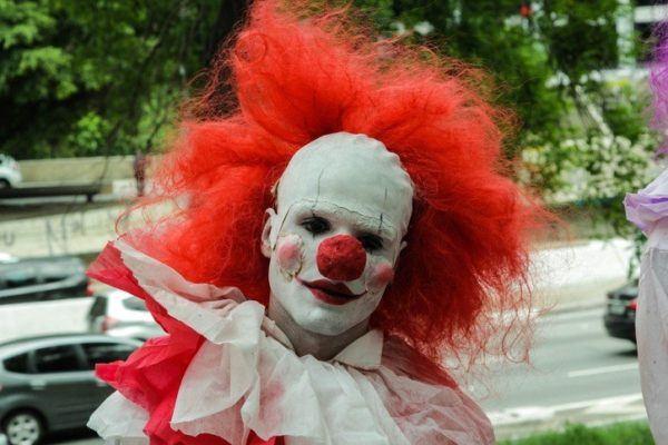 Como maquillarse como el payaso Pennywise de IT para Halloween Paso a paso nariz roja