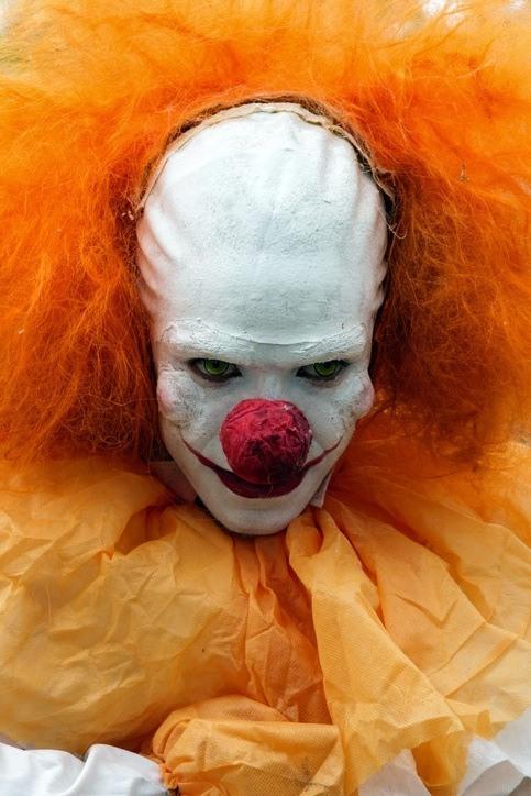 Como maquillarse como el payaso Pennywise de IT para Halloween careta para cabello