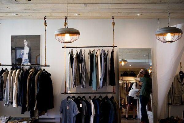 comprar-ropa-online-perchero-tienda-de-ropa