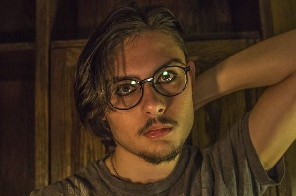 vuelve-el-flequillo-hombre-gafas