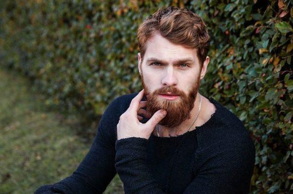 vuelve-el-flequillo-hombre-pelirrojo-rizos-barba