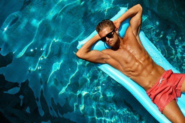 Foto consejos modelo hombre piscina