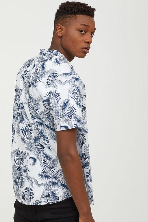 fba5a1e3c En H&M encontramos camisas como la de arriba por lo que tenemos ahora las  rebajas de verano 2019 para hacernos con ellas y lucir a la última.