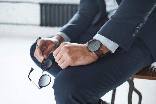 Elegir reloj de pulsera en el hombre