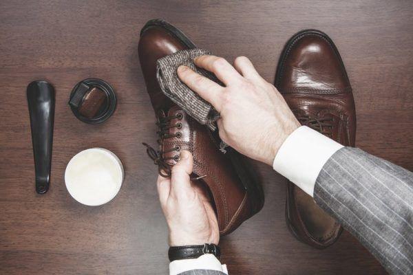Limpieza de zapatos brillantes