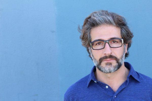 Los mejores cortes peinados para hombres con pelo gris canas