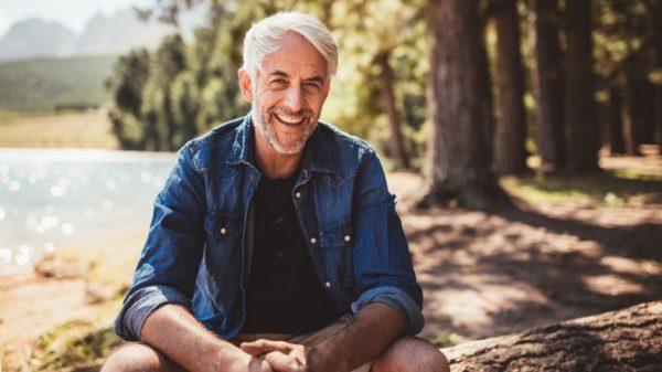 Los mejores cortes peinados para hombres con pelo gris flequillo