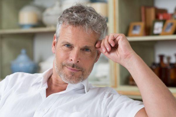 Los mejores cortes peinados para hombres con pelo gris