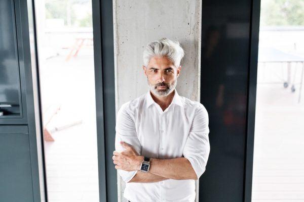 Los mejores cortes peinados para hombres con pelo gris tupe