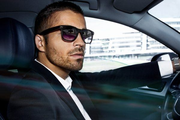 Las claves para elegir el color de tu traje negro gafas