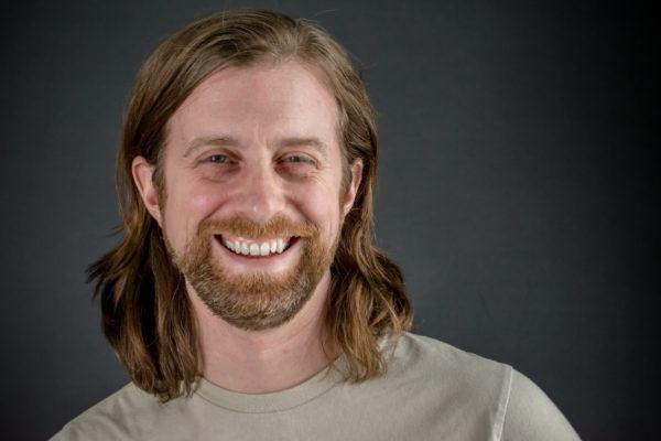 Pelo largo liso hombre barba rubio 2020