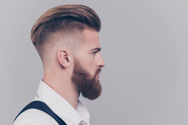 Pelo peinado rapado lateral tupe hombre joven 2020
