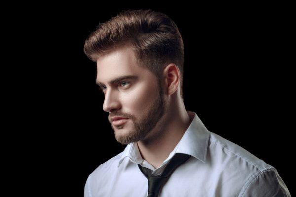 Pelo tupe peinado castano barba piel clara 2020