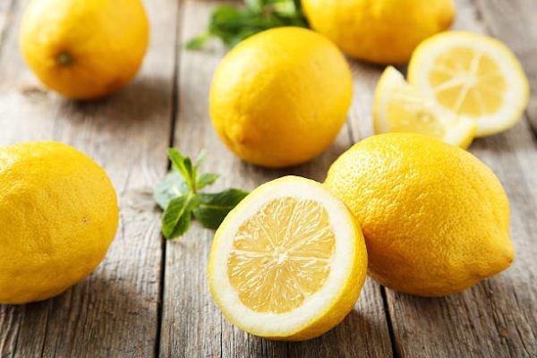 Los trucos para lavar ropa blanca y blanquearla limones